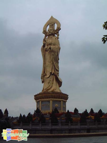 望海观音像, 高40公尺, 为世上最大之箔金铜像